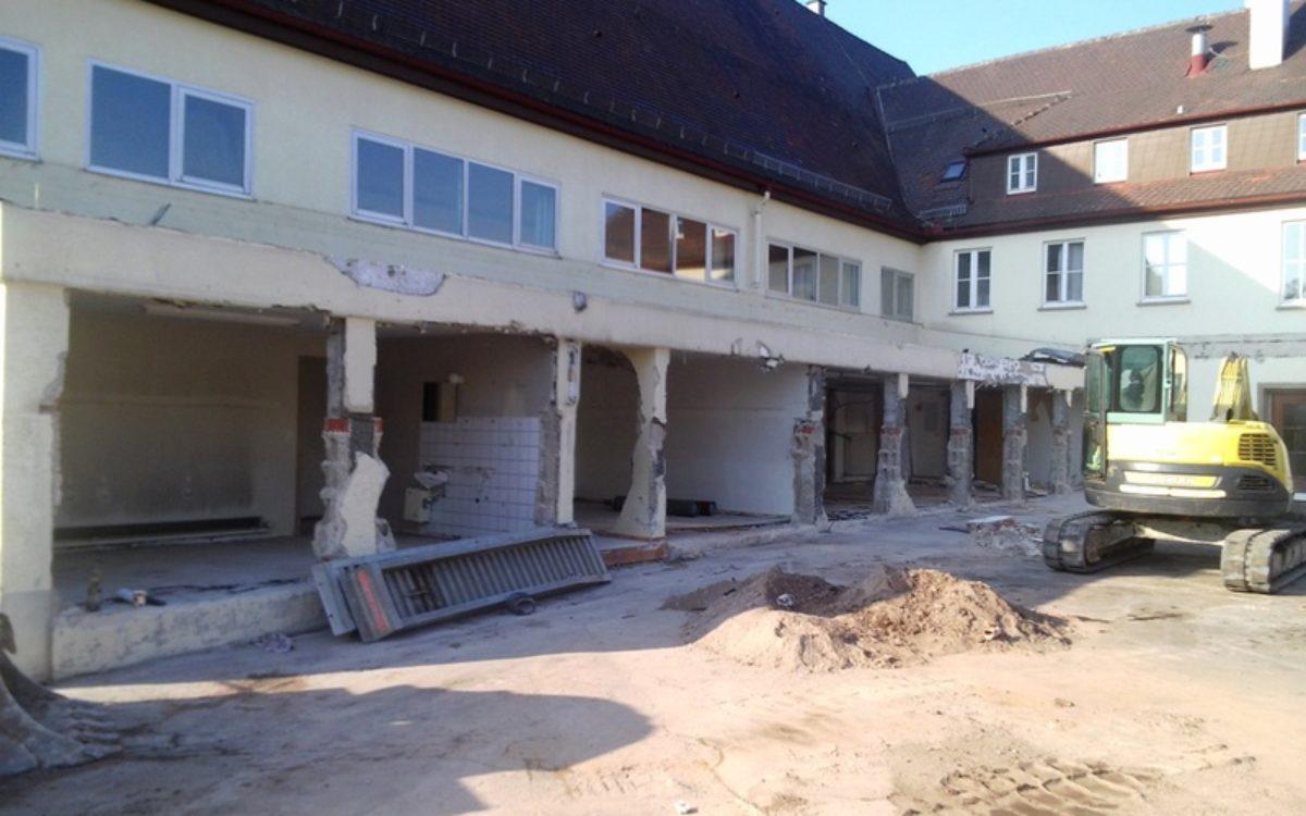 Abbrucharbeiten an der alten Halle