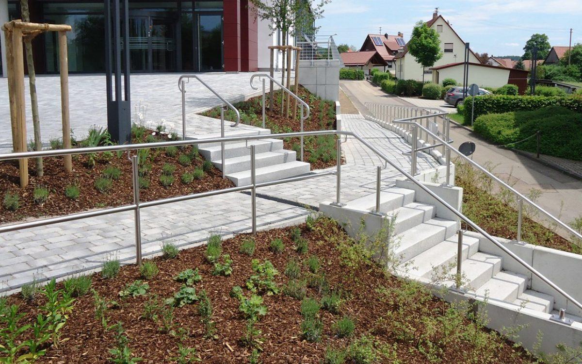 barrierefreier Zugang und Treppenanlage