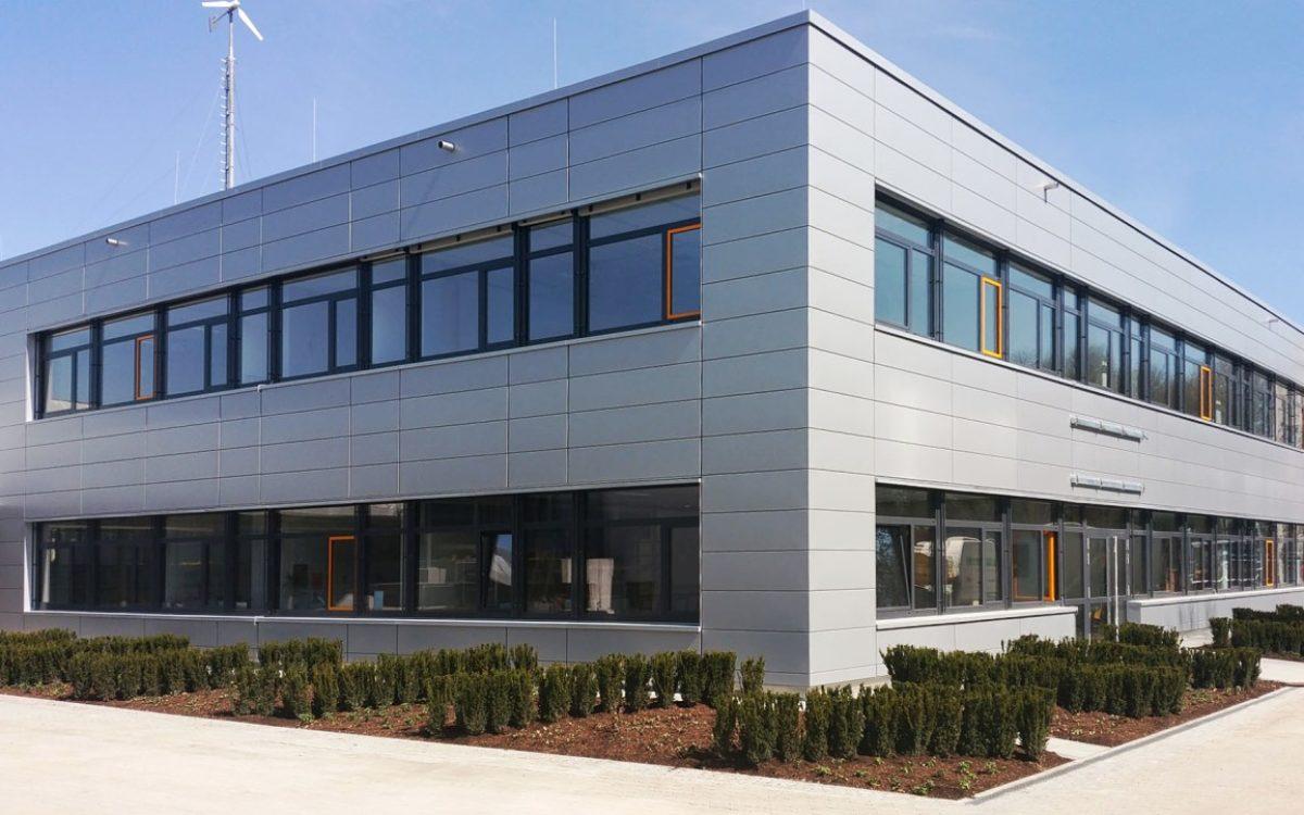 03-04-2018 Fertigstellung der Fassade mit Außenanlage