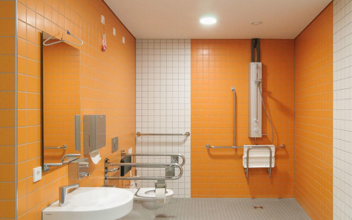 Behinderten WC und Dusche